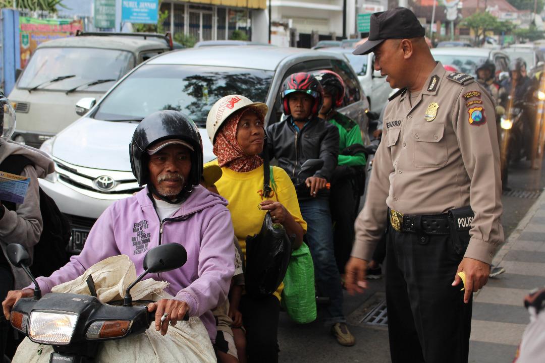 Sat Binmas Polres Batu Memberikan Binluh Kepada Pengguna Jalan Dalam Rangka Ops Patuh Semeru 2017