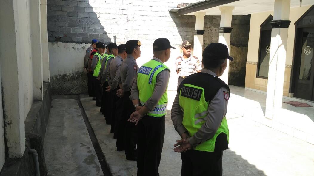 Menjaga Kedisiplinan Anggota, Kapolsek Ngantang Polres Batu Pimpin Langsung Apel Pagi Di Halaman Mako