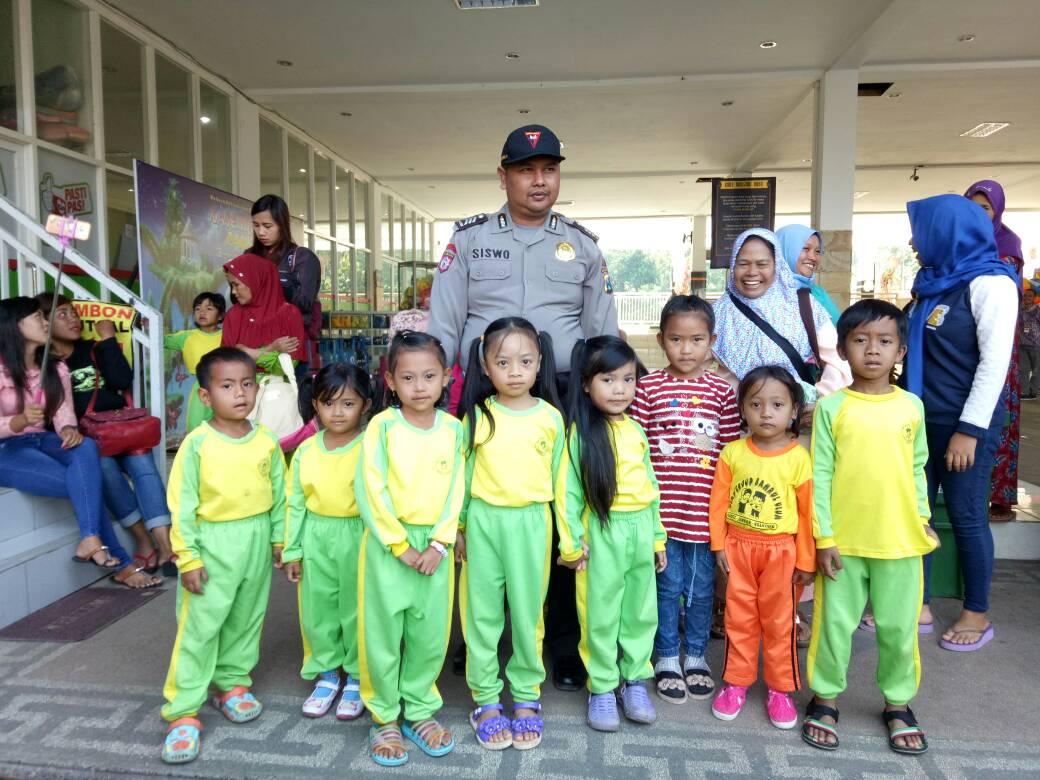 Bhabinkamtibmas Polsek Pujon Polres Batu Kunjungi SMPN 01 Pujon  Dalam Rangka Meningkatkan Kesadaran Para Siswa-Siswi Terhadap Hukum.