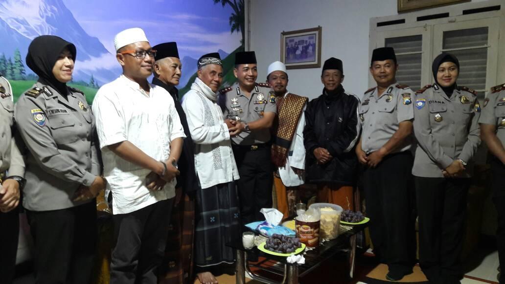 Tokoh Agama Yang Juga Tokoh Masyarakat Pujon Sambut Safari Ramadan Kapolres Batu Dengan Akrab