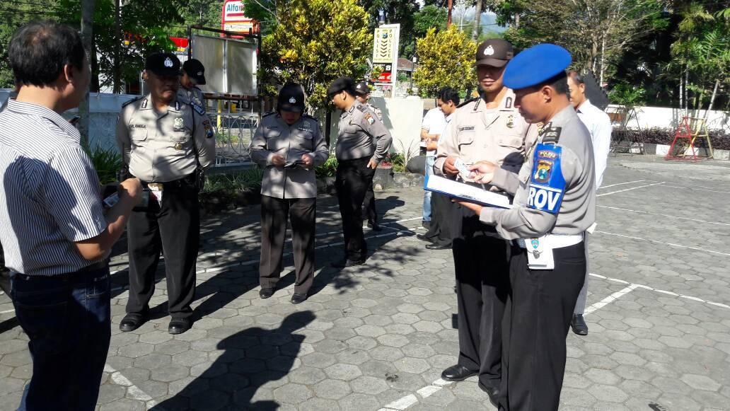 Polres Batu Sektor Junrejo Laksanakan Apel Pagi Dan Pemeriksaan Kelengkapan Identitas Anggota