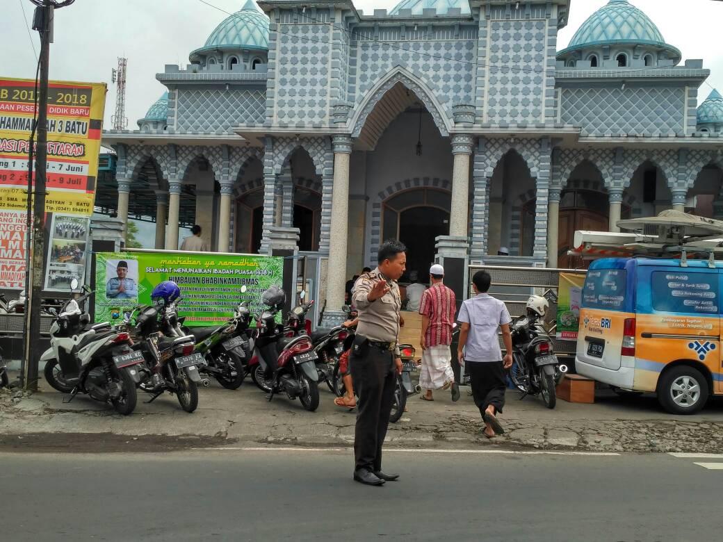 Anggota Polsek Batu Polres Batu Giatkan Pengamanan Shalat Jum'at