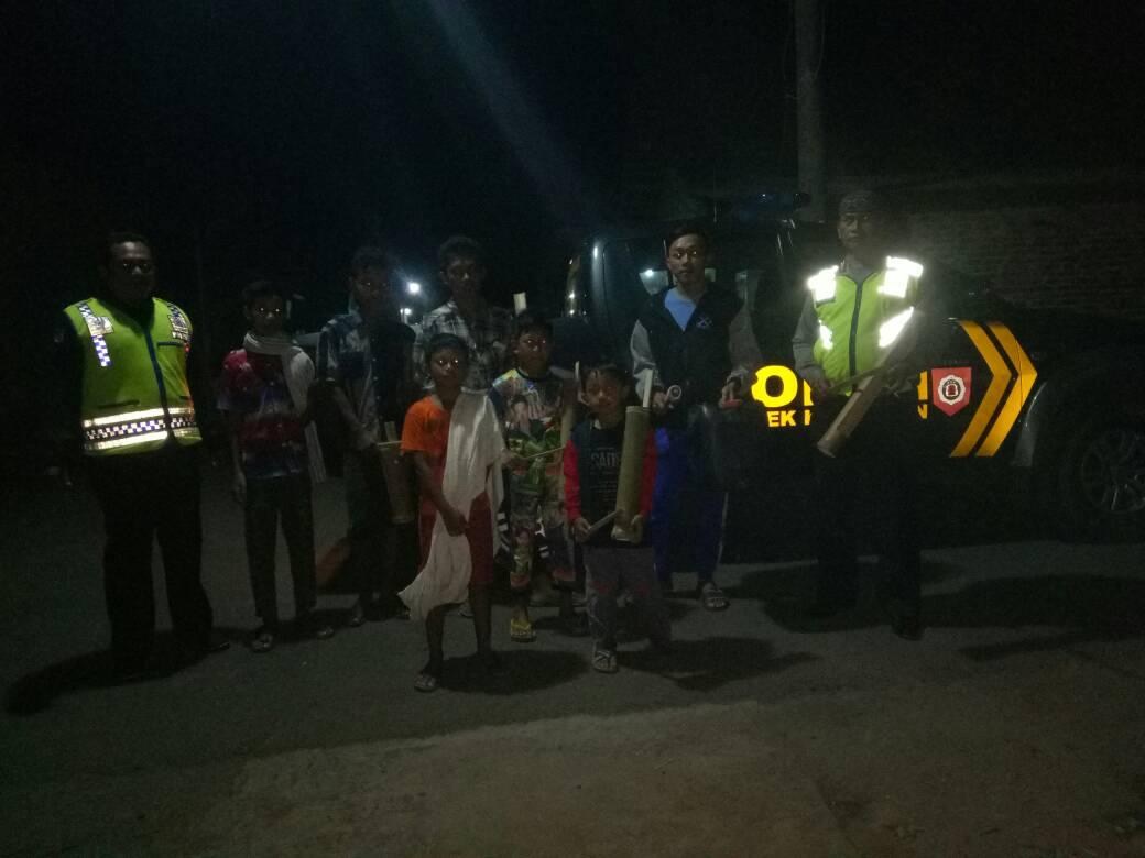 Anggota Polsek Kasembon Melaksanakan Patroli Sahur Bersama Pemuda Karangtaruna