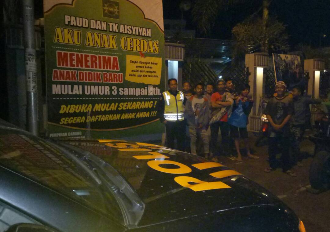 Polsek Pujon Polres Batu Patroli Sahur Bersama Kades Dan Warga Madiredo