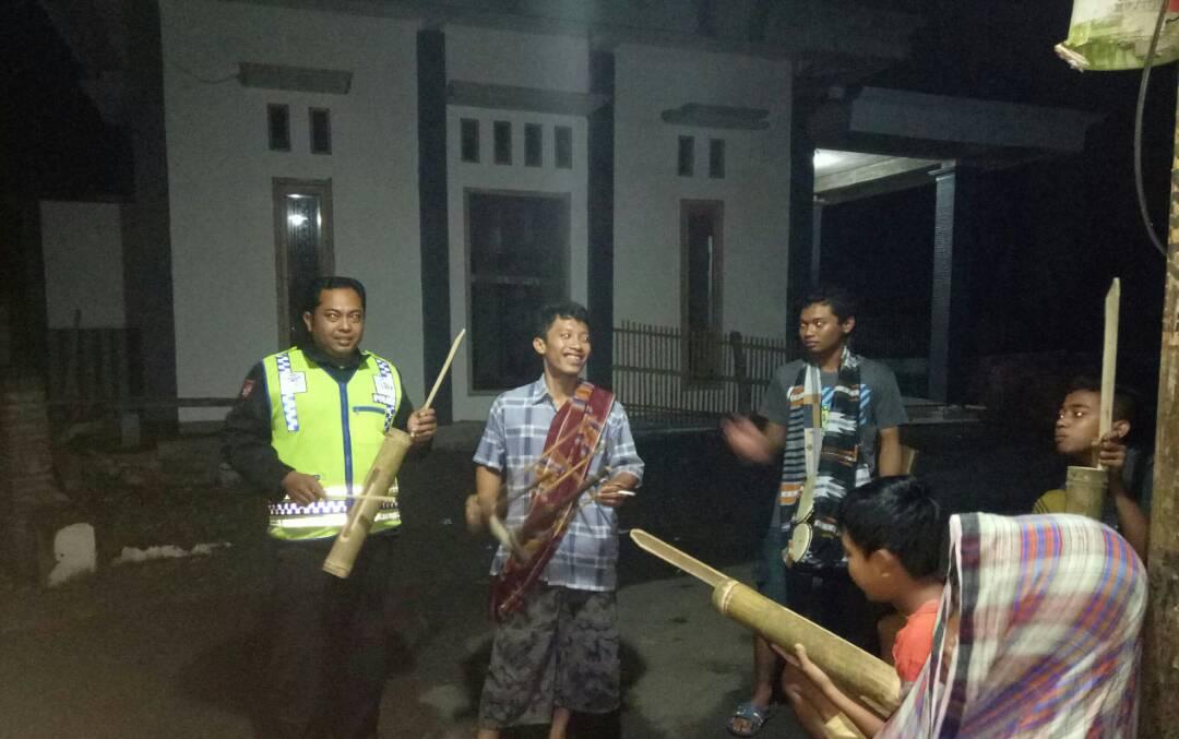 Polsek Kasembon Polres Batu Melaksanakan Patroli Sahur Bersama Warga