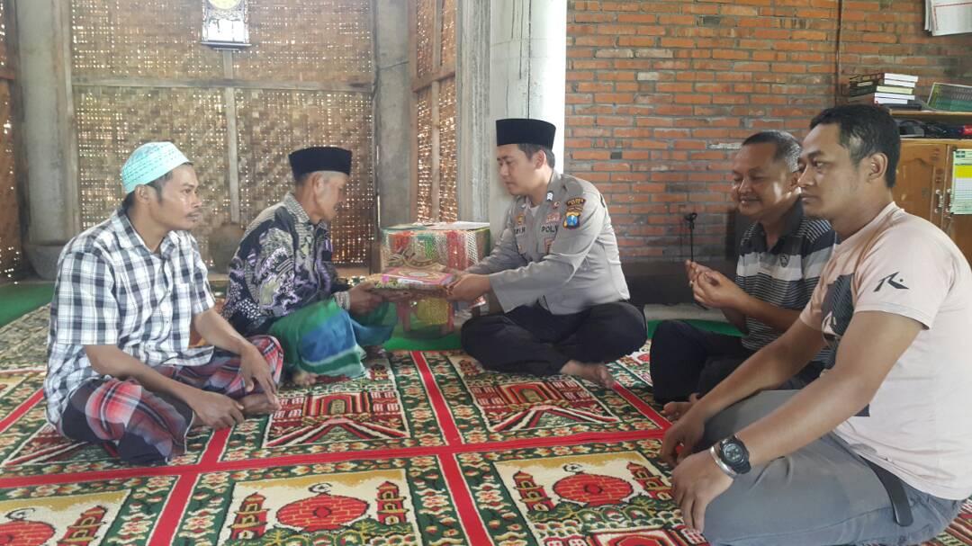 Bhabinkamtibmas Polsek Batu Polres Batu Berikan Alqur'an Saat Safari Ramadhan