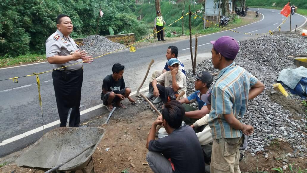 Kapolsek Kasembon Polres Batu Bersama Anggota Menertibkan Pekerja Bangunan Jalan