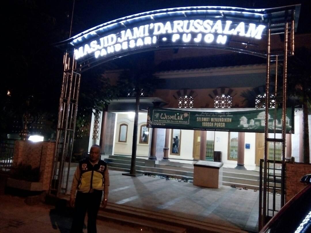 Polsek Pujon Polres Batu Amankan Giat Sholat Terawih di Masjid Darussalam