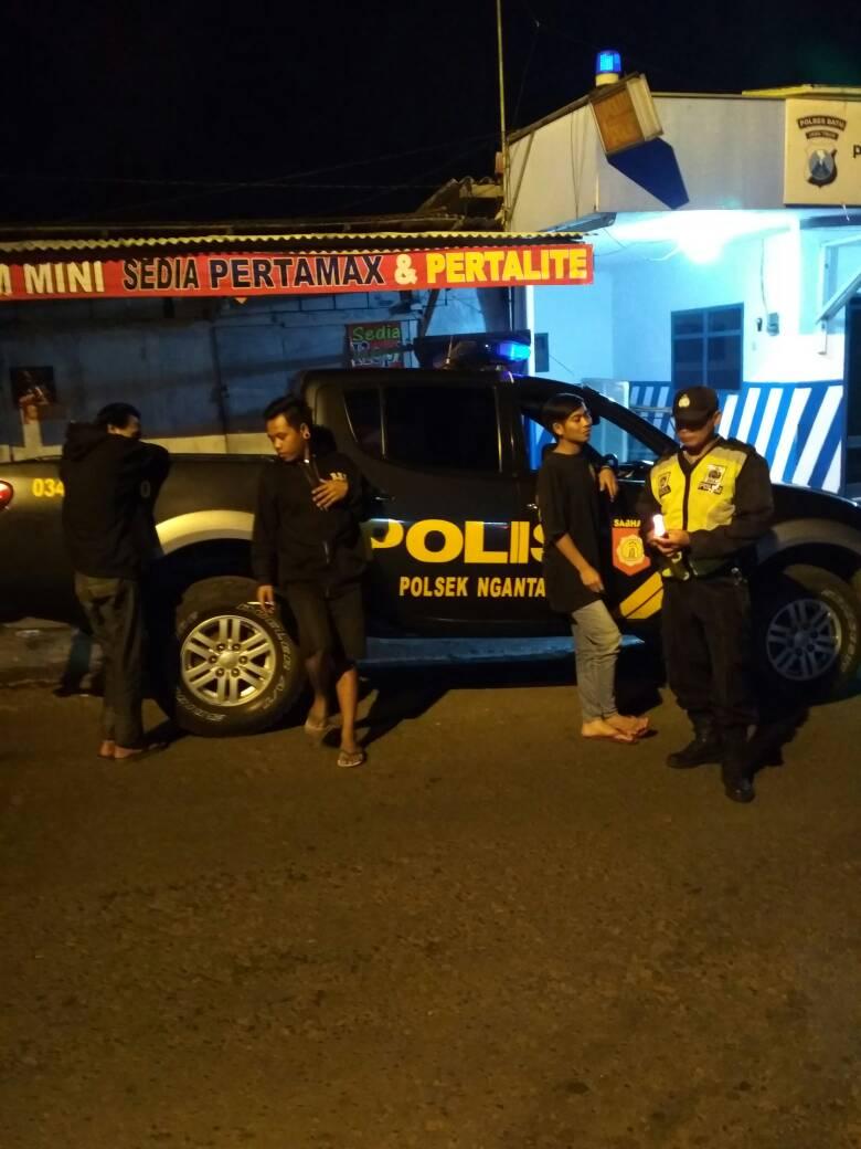 Anggota Satsabhara Polsek Pujon Polres Batu Patroli Keliling Pos Pos Kamling Wilayah Binaan