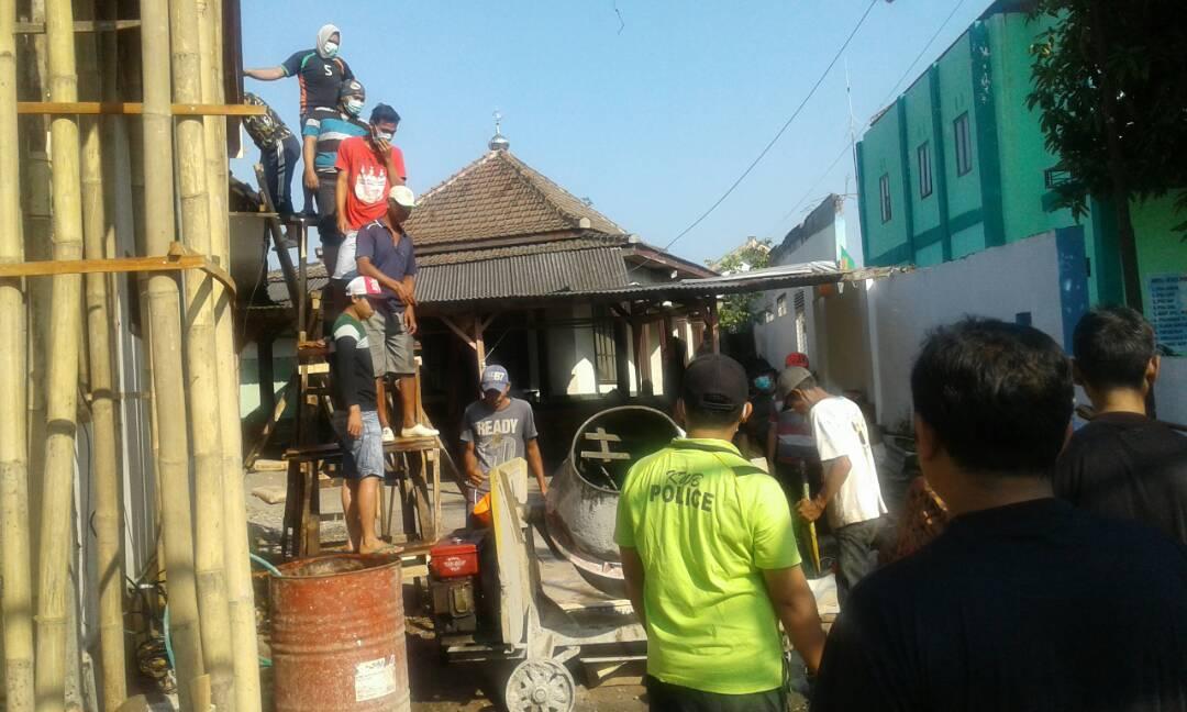 Anggota Bhabinkamtibmas Polsek Batu  Polres Batu Melaksanakan Giat Sambang Patroli DDS Dengan Satpam Agrokusuma Bagi Kartu Pintar Reaktif
