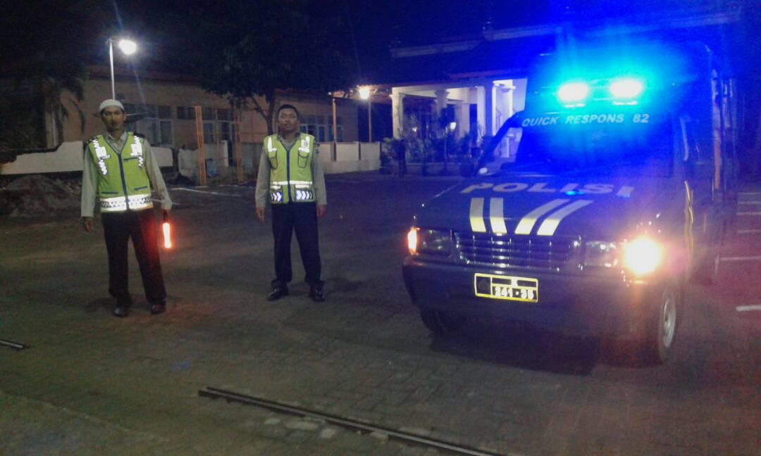 Anggota Polsek Pujon Polres Batu Pengamanan Giat Sholat Terawih