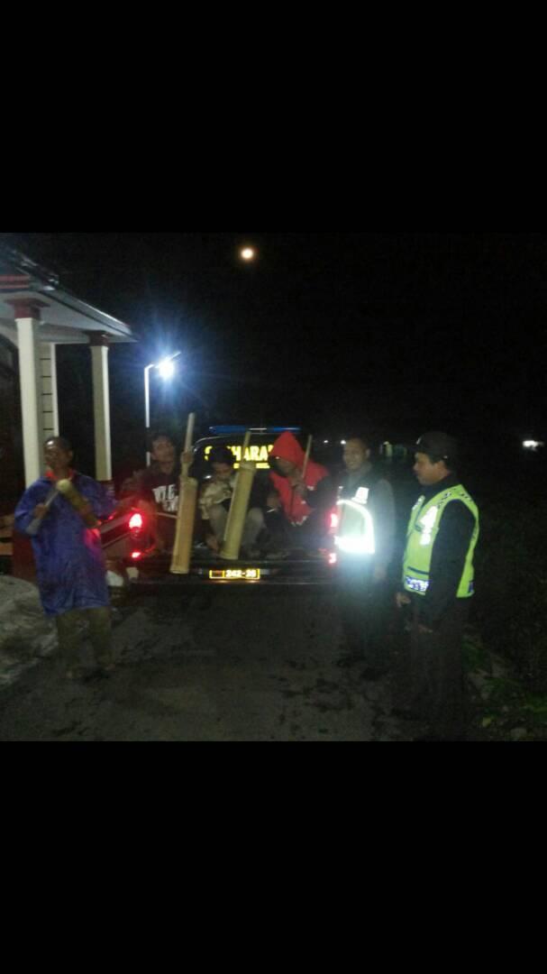 Anggota Polsek Pujon Polres Batu Lakukan Patroli Sahur Bersama Warga