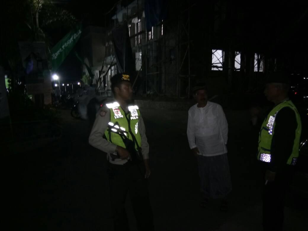 Anggota Polsek Junrejo Polres Batu Tingkatkan Pengamanan Shalat Tarawih