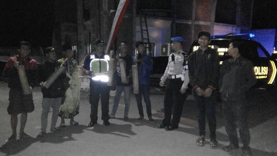 Bersama Pemuda, Polsek Junrejo Polres Batu Keliling Kecamatan Bangunkan Warga