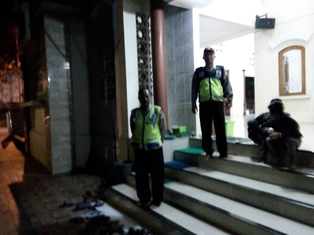 Anggota Polsek Pujon Polres Batu Amankan Sholat