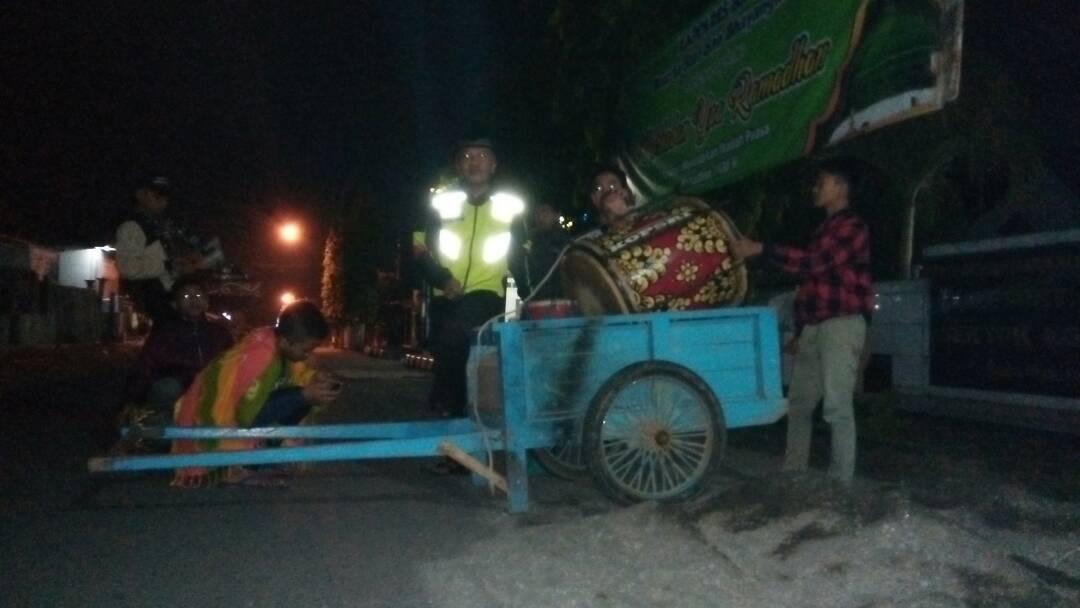 Bersama Warga Polsek Ngantang Polres Batu Laksanakan Patroli Sahur