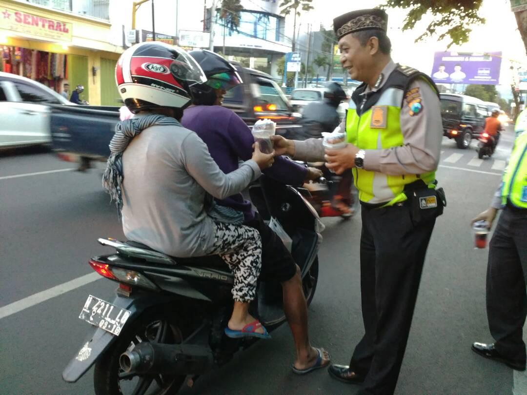 Di Bulan Ramadhan Polres Batu Polsek Koba Bagikan Takjil Kepada Pengguna Jalan