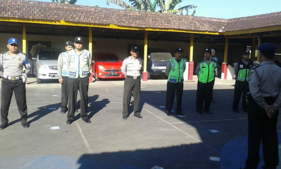 Anggota Satlantas Polres Batu laksanakan Patroli Dialogis Dengan Tukang Parkir