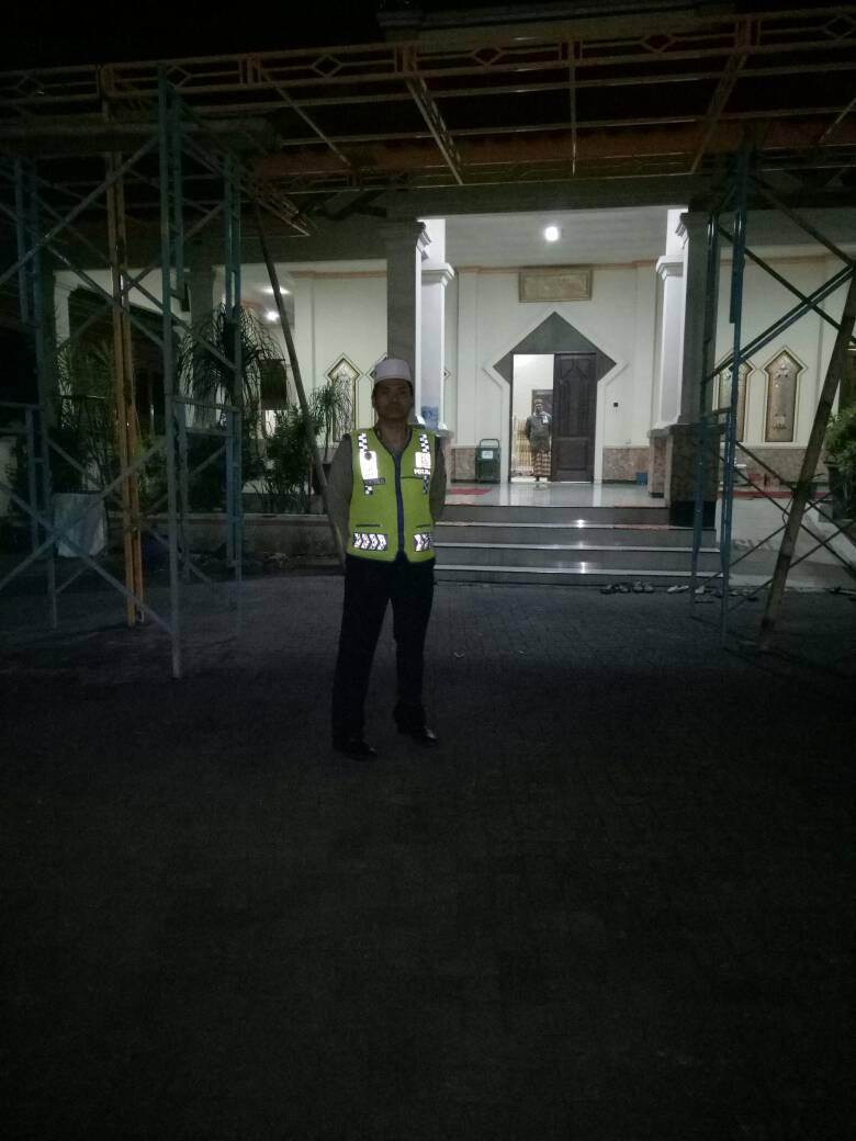 Polsek Pujon Polres Batu Amankan Sholat Terawih di Masjid Baiturrohman