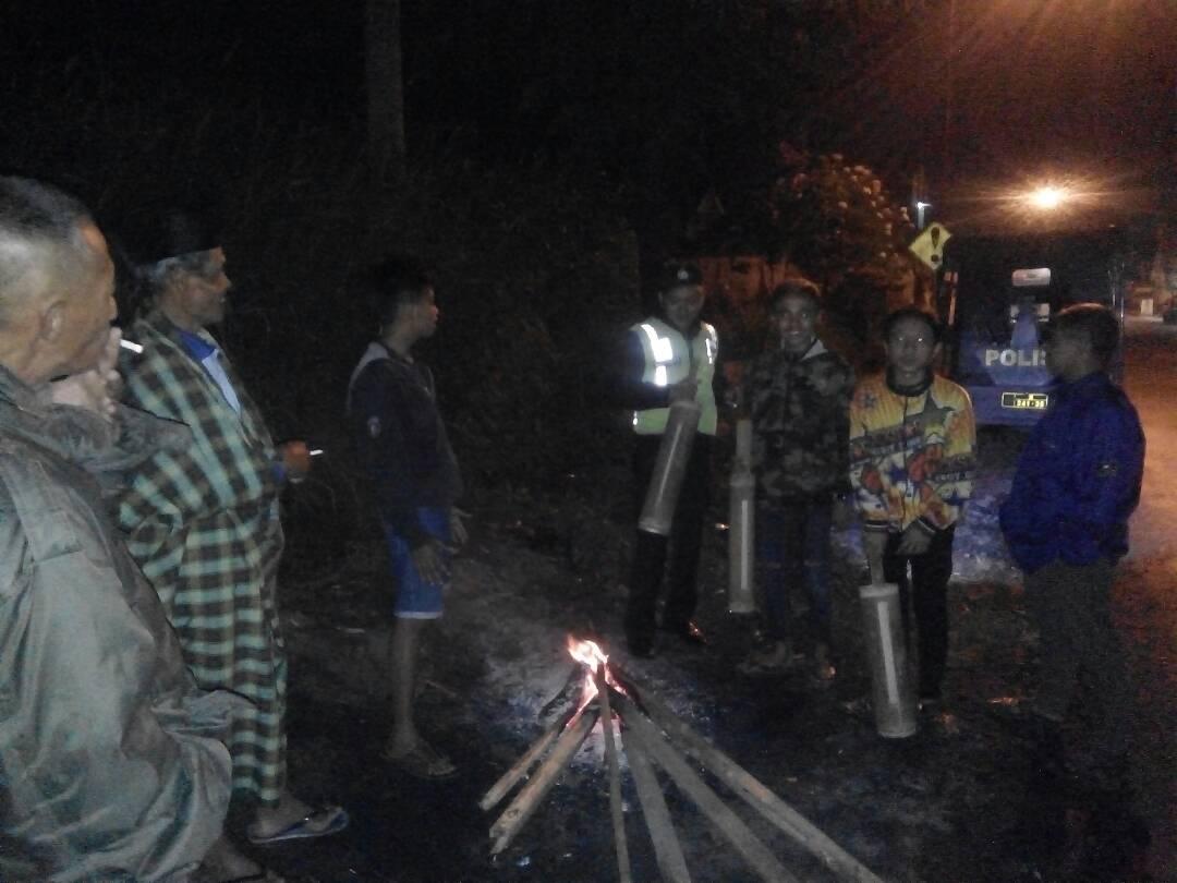 Bersama Warga Polsek Pujon Polres Batu Patroli Sahur Di Desa Pujonlor