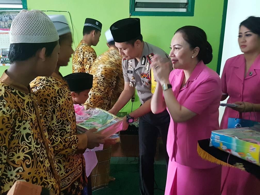 Kapolres Batu Bersama Ibu Ketua Bhayangkari Cabang Batu Tali Asih