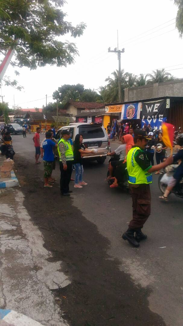 Anggota Polsek Kasembon Polres Batu Pengamanan Pembagian Takjil