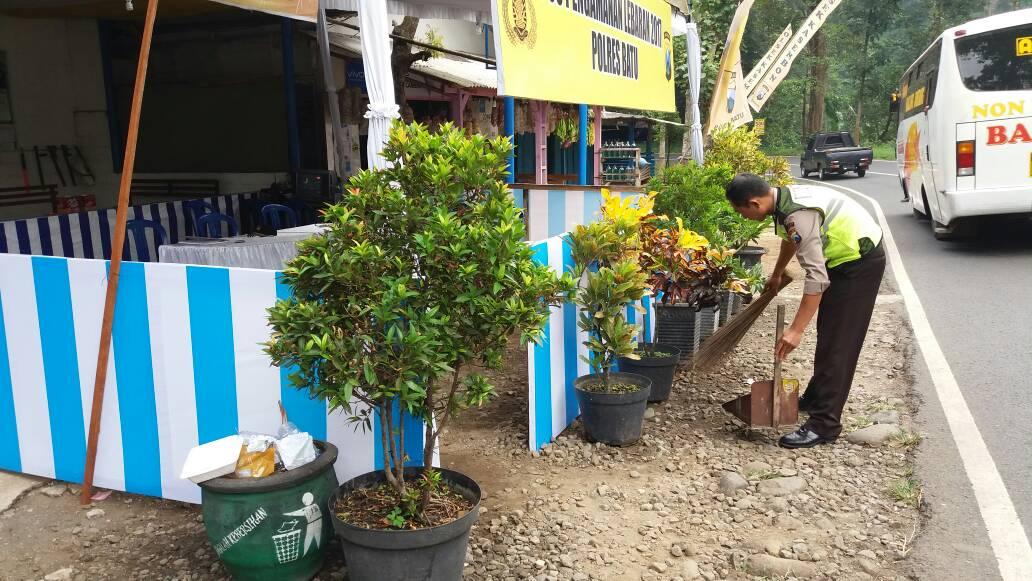 Petugas jaga Pos Pam Pait menjaga kebersihan dan memberi pelayanan pada masyarakat