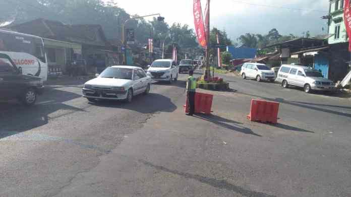 Anggota Pos Kendal Polsek Ngantang Polres Batu Laksanakan Pengaturan Jalan