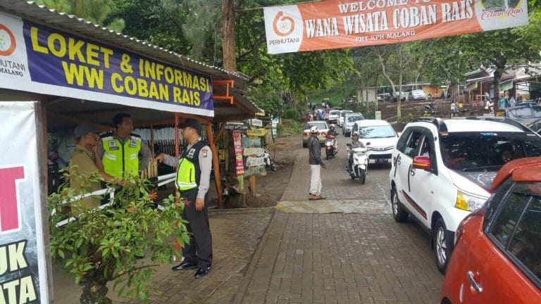 Anggota Pospam Dewisartika Polres Batu Giat Pengamanan Tempat Wisata Coban Rais
