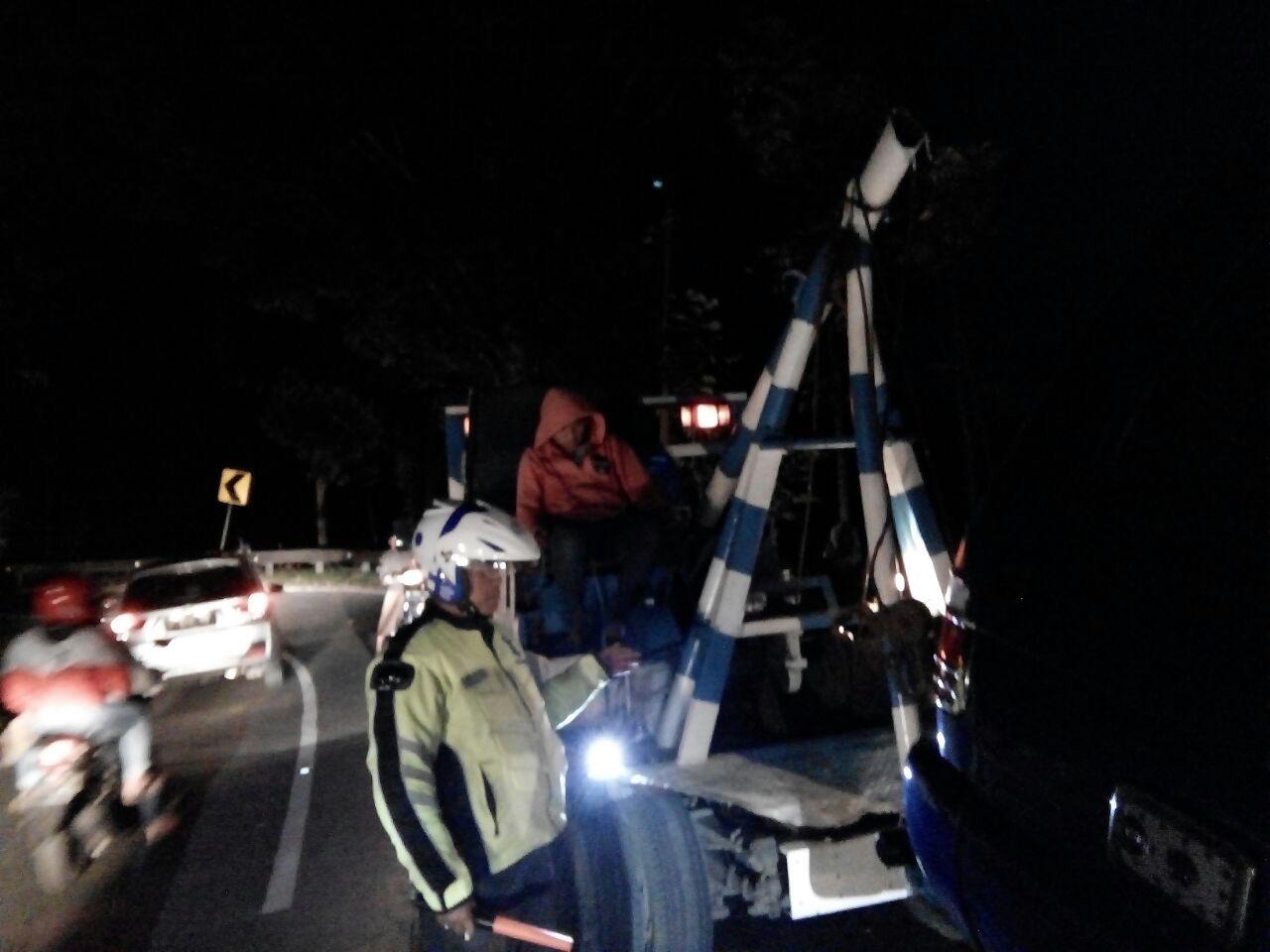 Quick Respon Anggota Polres Batu Membantu Mobil Yang Mogok