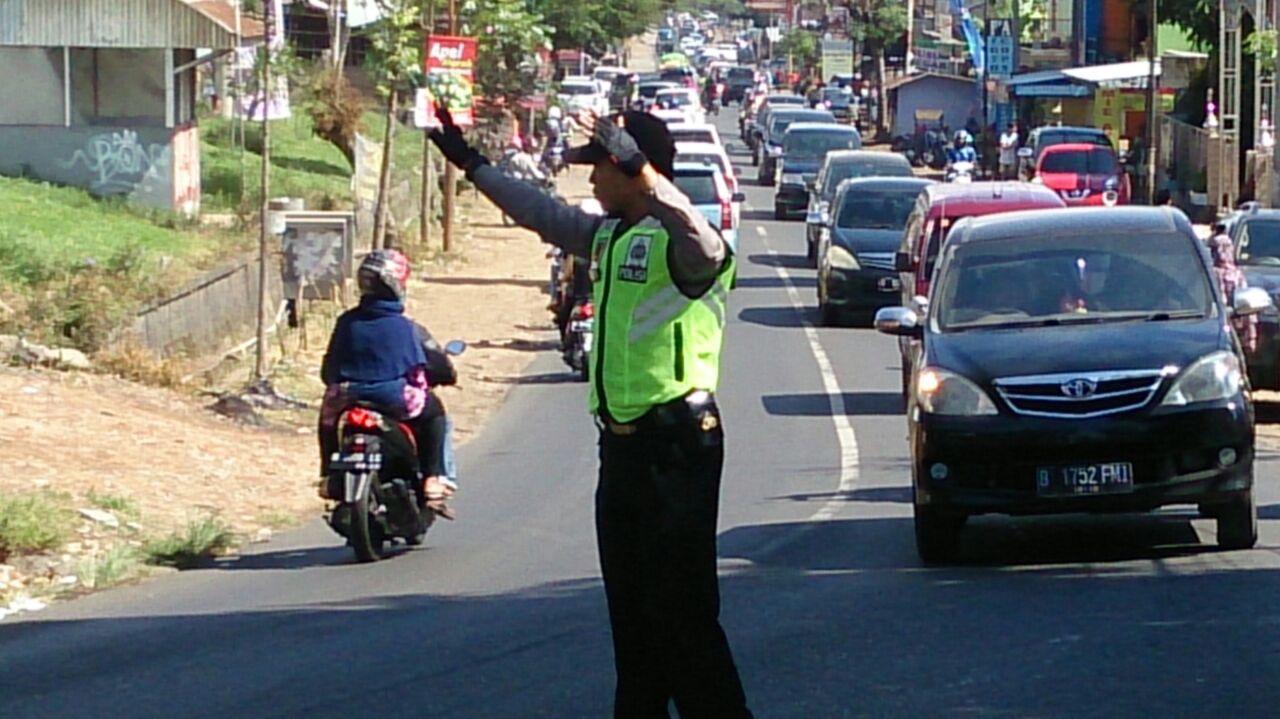 Pospam Pujon Polres Batu Laksanakan Pengaturan Lalulintas Untuk Mengurai Kepadatan Arus Lalulintas