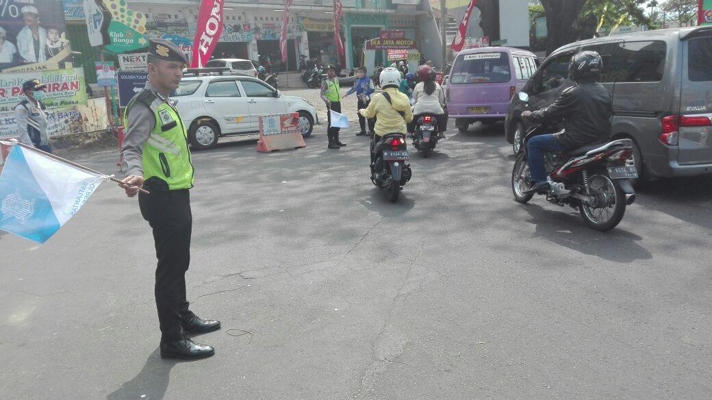 Anggota Pos Pam Dewisartika Laksanakan Pengaturan Arus Lalulintas