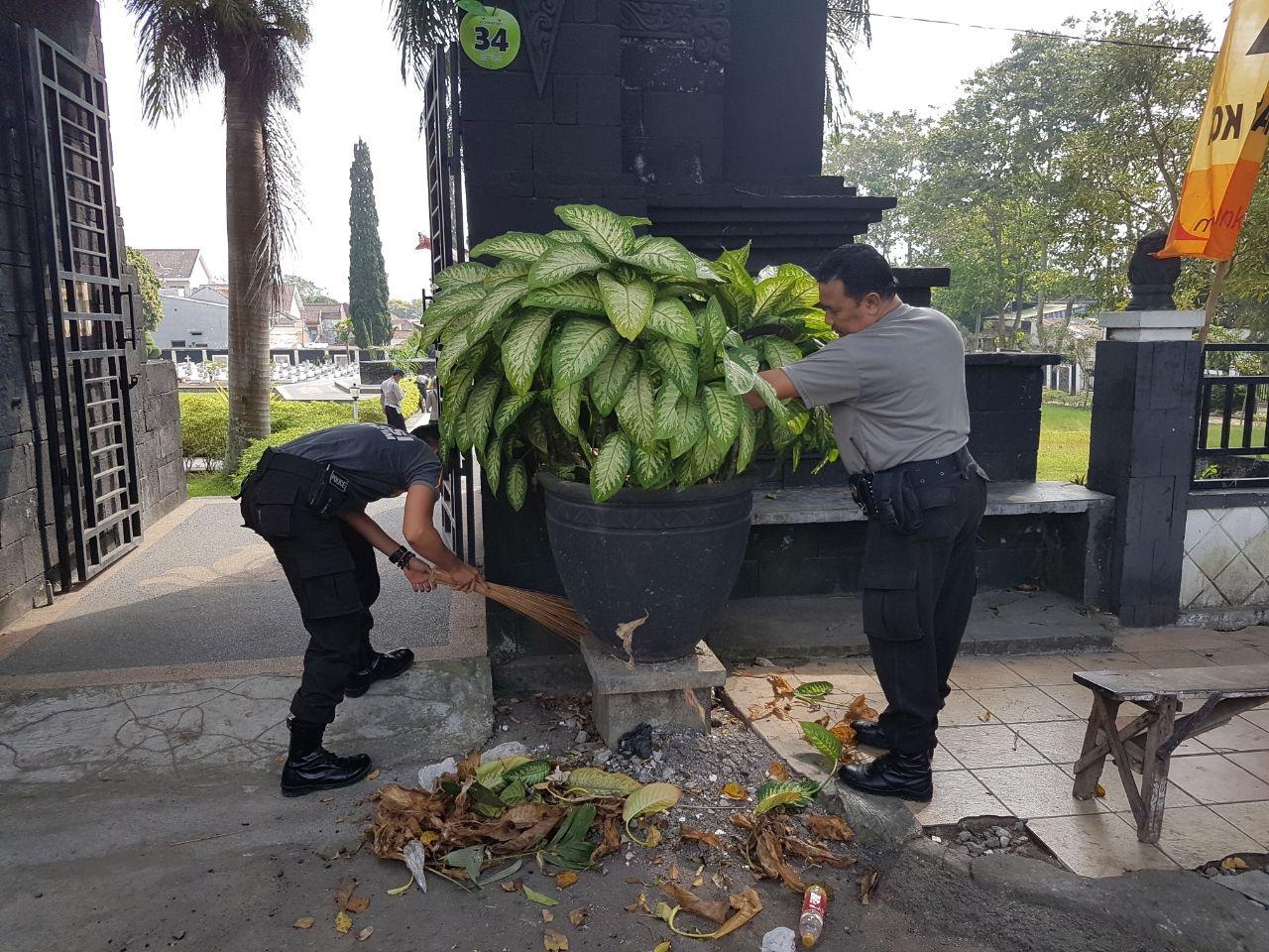 Dalam Rangka Memperingati HUT Bhayangkara Ke 71, Anggota Polres Batu Membersihkan TMP Kota Batu