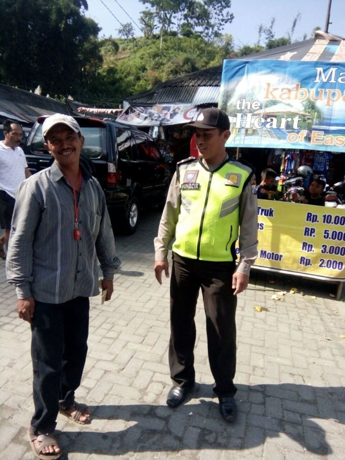 Anggota Pos Pam Pujon Polres Batu Laksanakan Patroli Wisata