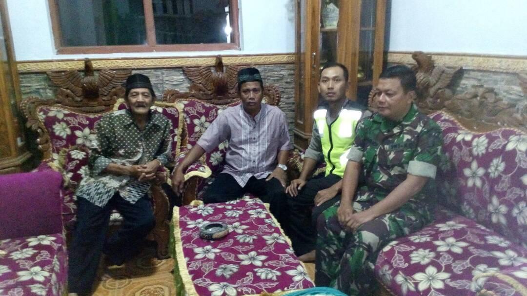 Anggota Bhabinkamtibmas Polsek Kasembon Polres Batu Bersama Babinda Laksanakan Giat Silaturrahmi Ke Tomas
