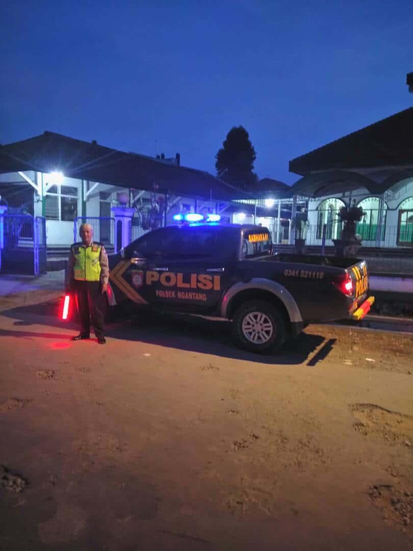Polres Batu Sektor Ngantang Giat Pengamanan Sholat Teraweh Di Masjid Baiturrahman