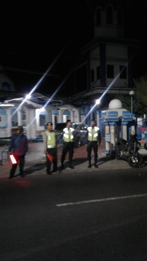 Polres Batu – Sektor Junrejo melaksanakan Pengamanan Shalat Tarawih.
