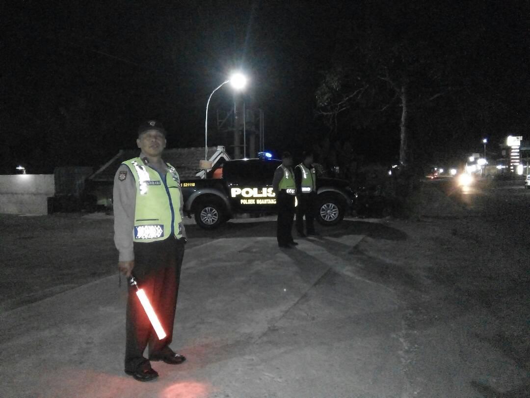 Anggota Polsek Ngantang Polres Batu Amankan Sholat Teraweh Di Masjid Ar Rohman