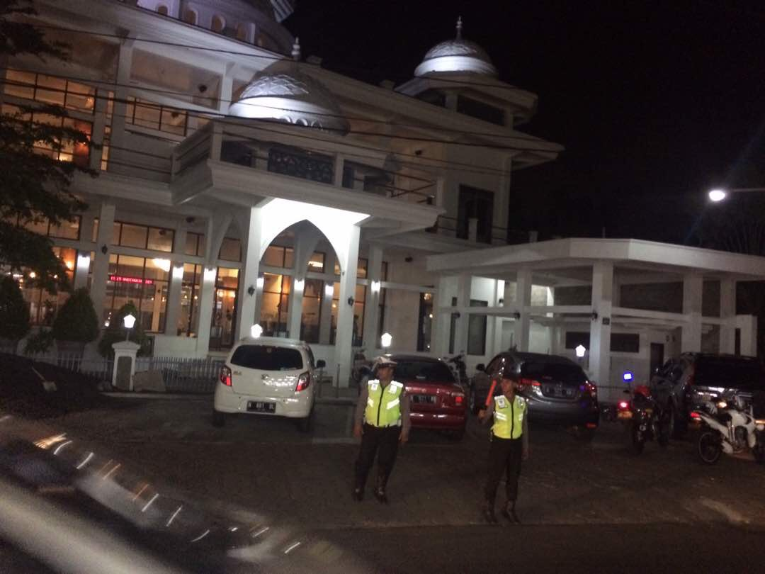 Anggota Polres Batu Pengamanan Sholat Isya Dan Tarawih