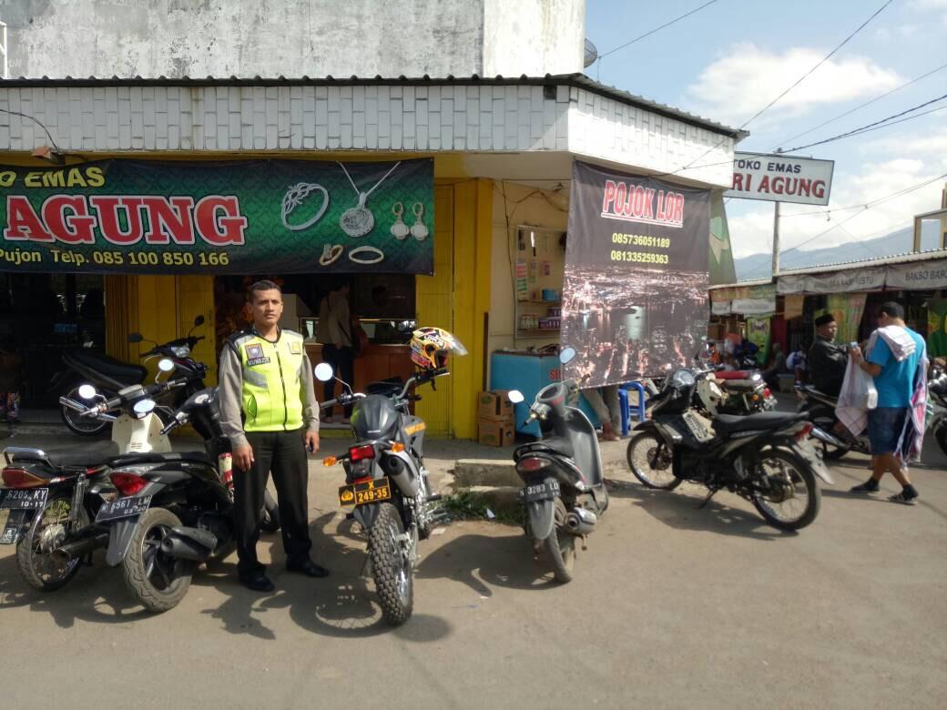 Anggota Pos Pam Pujon Polres Batu Melaksanakan Patroli di sekitar Pasar