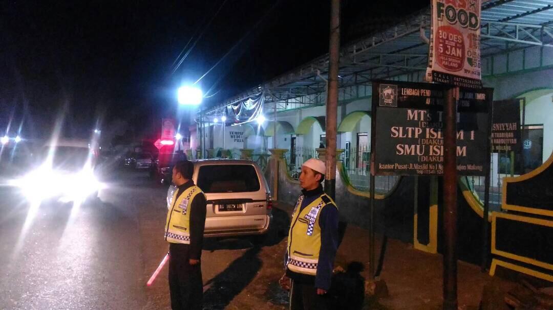 Anggota PosPam Pujon Polres Batu Pengamanan Sholat Terawih
