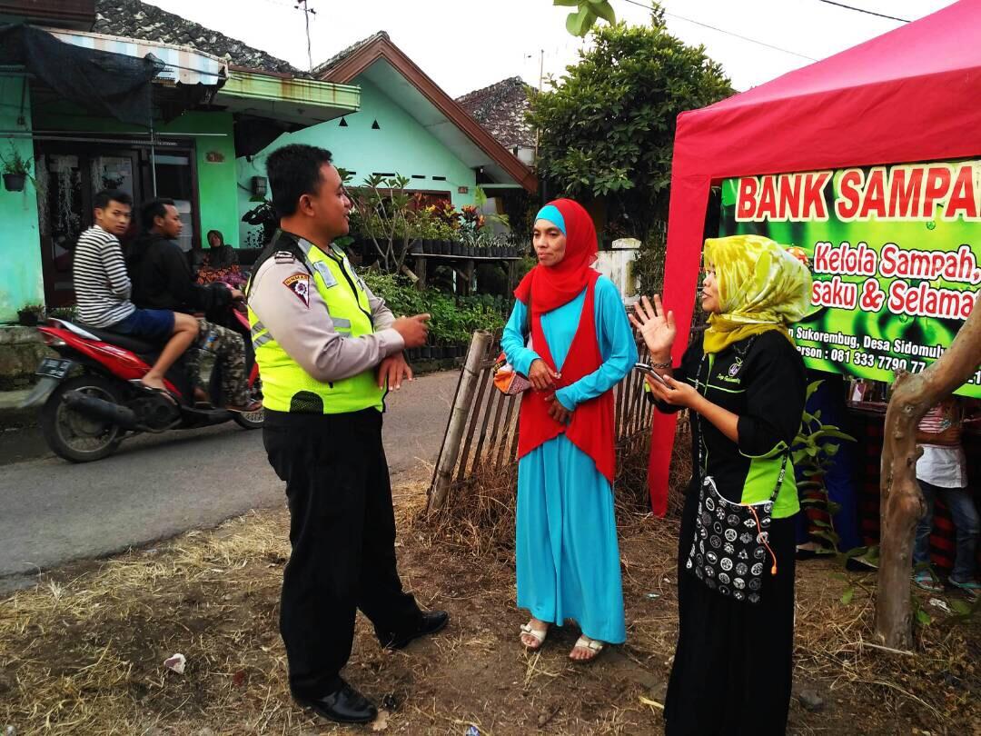 Bhabinkamtibmas Polsek Batu Polres Batu Desa Sidomulyo melaksanakan pengamanan Gebyar Ramadhan di Desa Sidomulyo