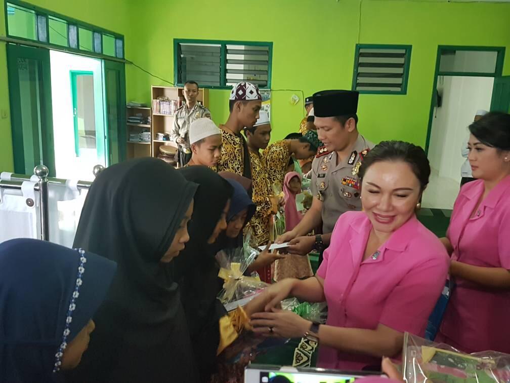Kapolres Batu Beserta Ketua Bhayangkari Cabang Batu Memberikan Tali Asih Kepada Anak Yatim Pondok Pesantren Nurul Hidayah