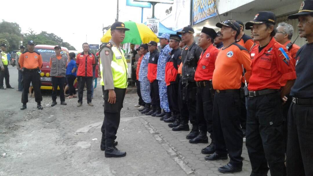 Kapolsek Ngantang Polres Batu Bagi bagi Takjil Gratis dengan warga