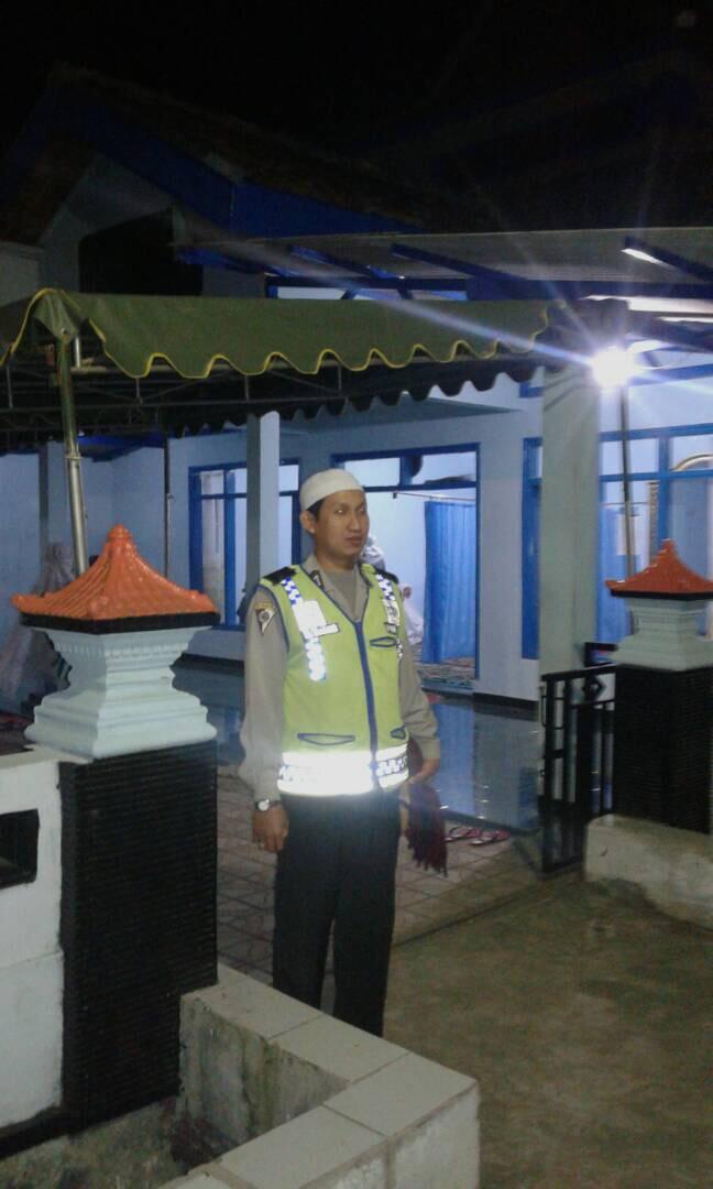 Anggota Pospam Pujon Polres Batu Pengamanan Sholat Terawih di Masjid Miftahul Huda