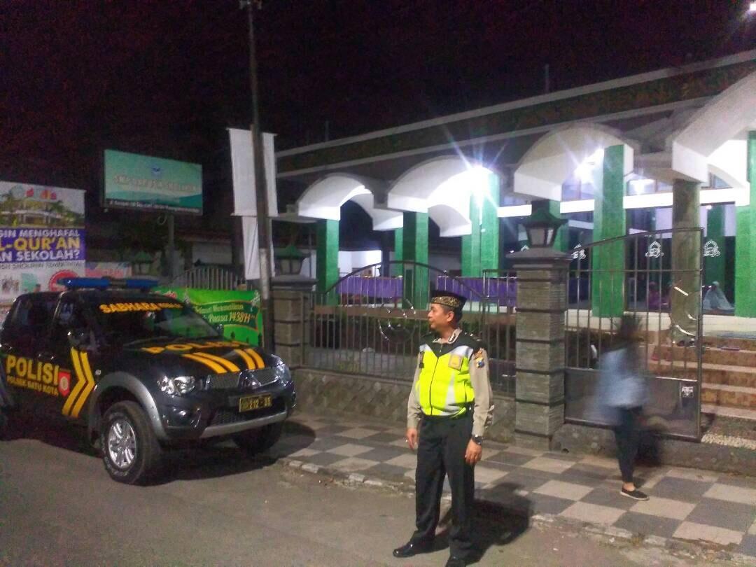 Anggota Pos Pam Dewi Sartika Polres Batu Laksanakan Pengamanan Shalat Teraweh