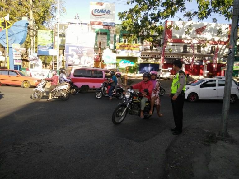 Anggota Bhabinkamtibmas Polsek Batu Kota Polres Batu Menggiatkan Poros Pagi Di Area Jalan