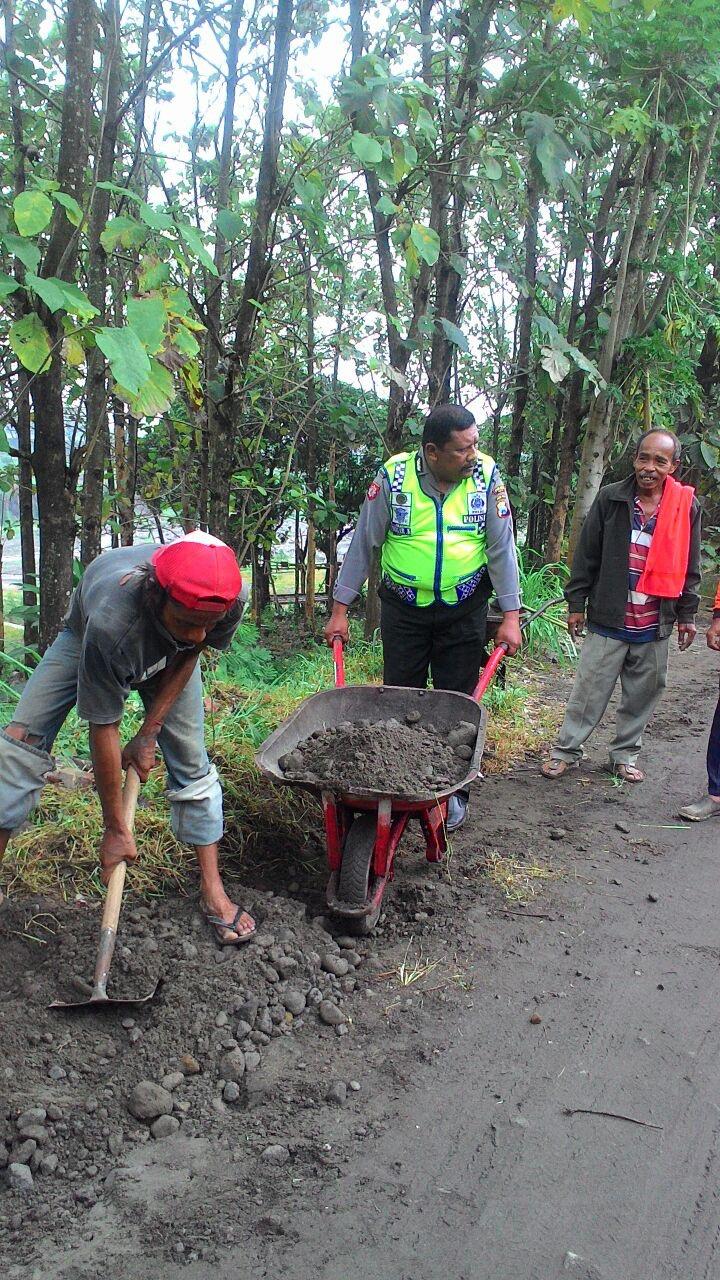 Bersama Warga Membangun Memperbaiki Jalan Polsek Kasembon Polres Batu