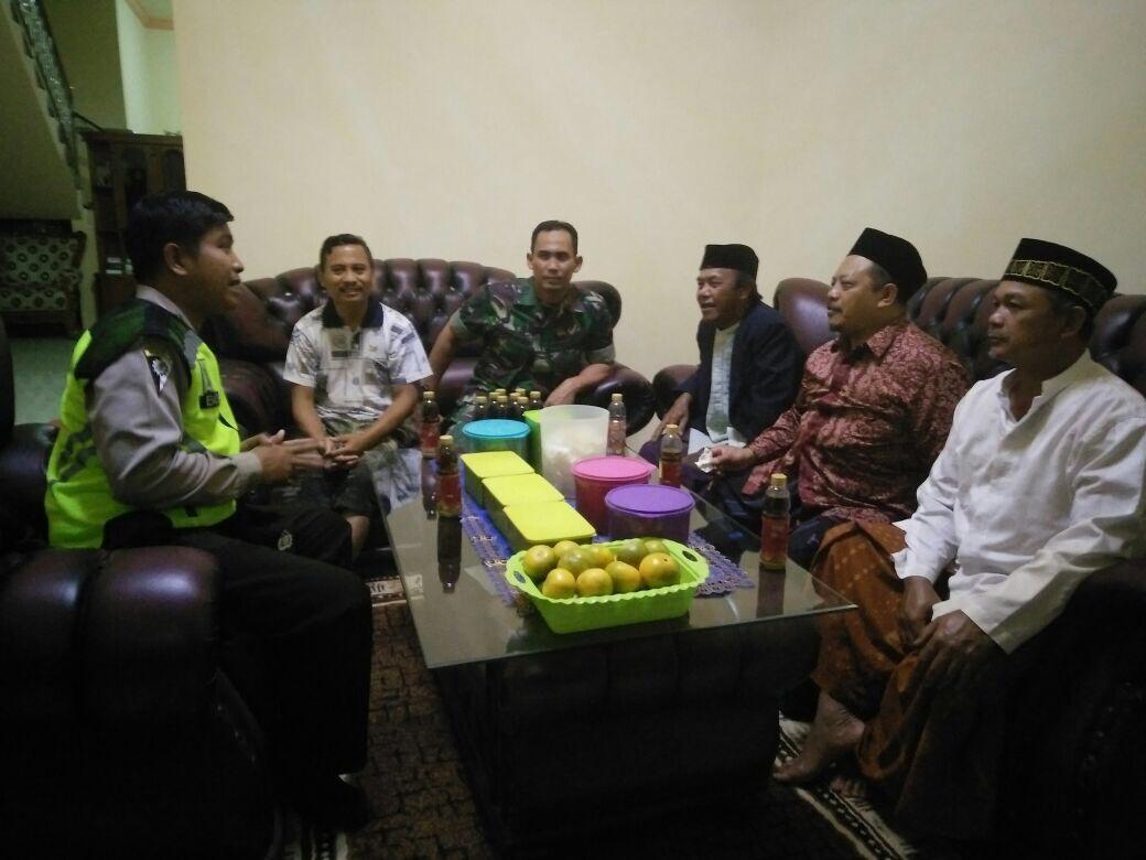 Anggota Bhabinkamtibmas Polsek Batu Kota Polres Batu BesertaTiga pilar Melaksanakan Giat SambangTokoh Agama KWB