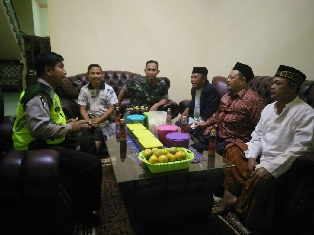 Anggota Bhabin Desa Pesanggrahan Polsek Batu Kota Polres Batu BersamaTiga pilar Melaksanakan Giat SambangToga